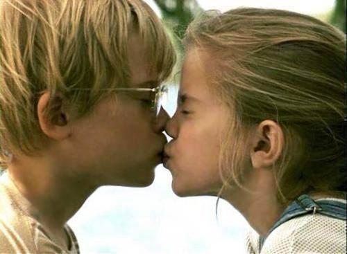 beso niños tierno